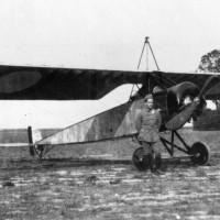© DR / Coll. musée de l'Air et de l'Espace – Le Bourget  MA 19476, Jean Chaput devant son Morane-Saulnier type L biplace, s.d. (ca. mai-août 1915)